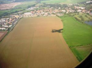 飛行機の影が地面に