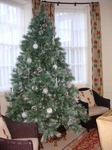静かな装飾のクリスマストゥリー