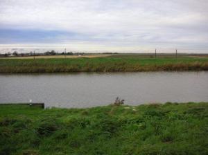 川よりも低い土地