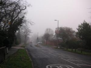 霧の日の道路の様子