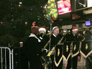 駅構内でクリスマスソング演奏の人々