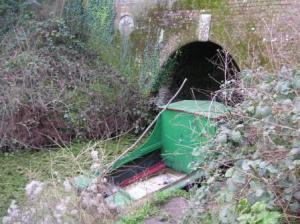 トンネルの前に船が