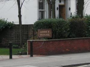 Abbey Houseのサインが