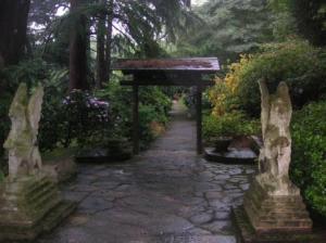 グリフィンが番する山門