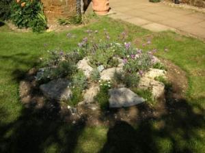 ミルストーンを花壇にしてる
