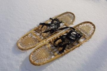 スノーシュー。西洋かんじきとも呼ばれたりしますが、もともとアメリカ先住民が作り出したもので、ガット(動物の腱)によって丈夫に編まれています。