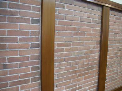 昔の蔵をそのまま使ってます。壁はレンガです。