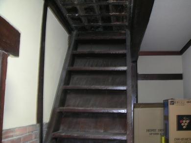 二階にに上る階段。 kuroneko師匠 お宝はありませんよ。