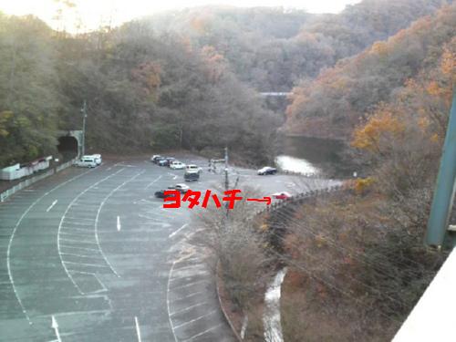 橋上からの駐車場。
