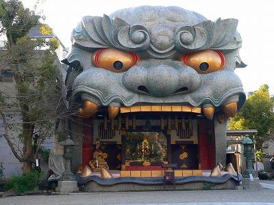 写真キャプション=事務所の近くにある八坂神社のシンボル「コマ犬太郎」(佐渡屋太郎の命名)