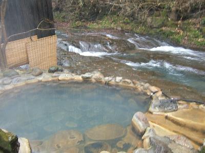 藤もと大浴場・右側・露天風呂・川湯