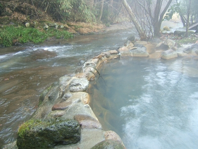 藤もと大浴場・右側・露天風呂・川湯からみる川