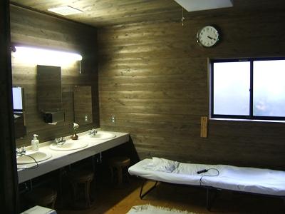 藤もと大浴場・右側・洗面・マッサージ機