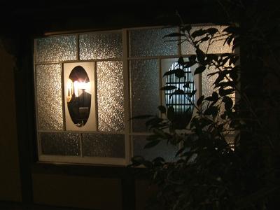 かやうさぎ 母屋のガラス窓(フロント・パブリックスペース)・夜