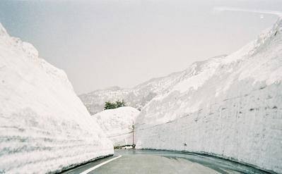 栗駒山荘付近の道(2006年4月末)