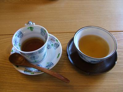 渓流荘しおり絵 到着時の菓子とお茶のサービス