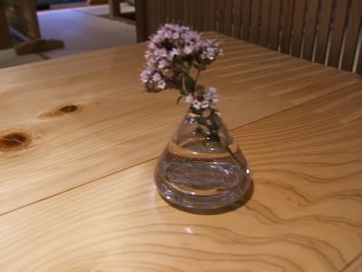 渓流荘しおり絵 夕食 食卓の花