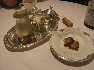 エスプレッソコーヒーについてきた菓子と砂糖・ミルクセット