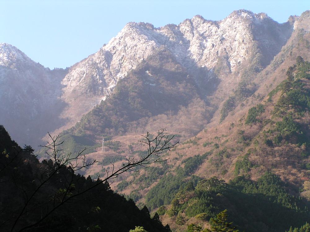 雪帽子を被った四国山脈