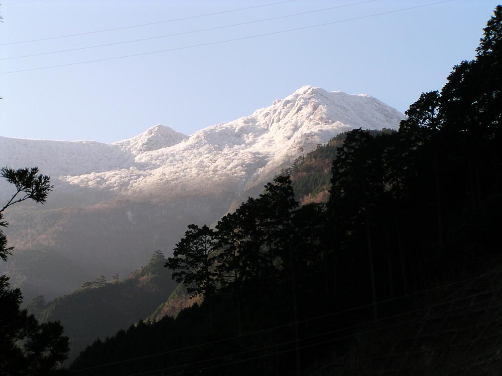 雪化粧した四国山脈
