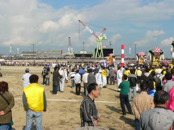 市制70周年記念統一太鼓祭りかき比べ会場に詰め掛けた観衆達