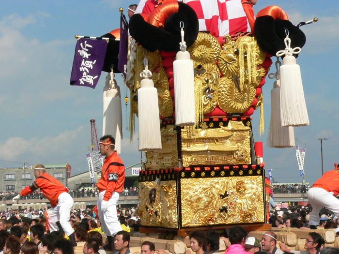 市制70周年記念かき比べの国領川で新須賀太鼓台