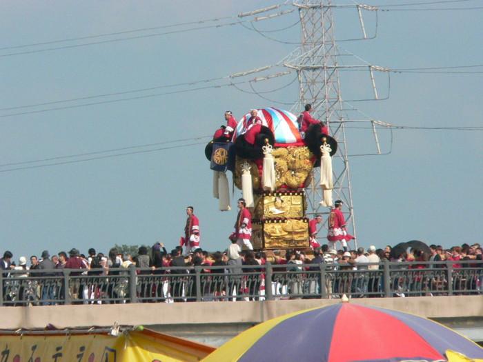 新高橋を渡る松之木太鼓台