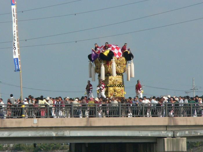 新高橋を渡る澤津太鼓台