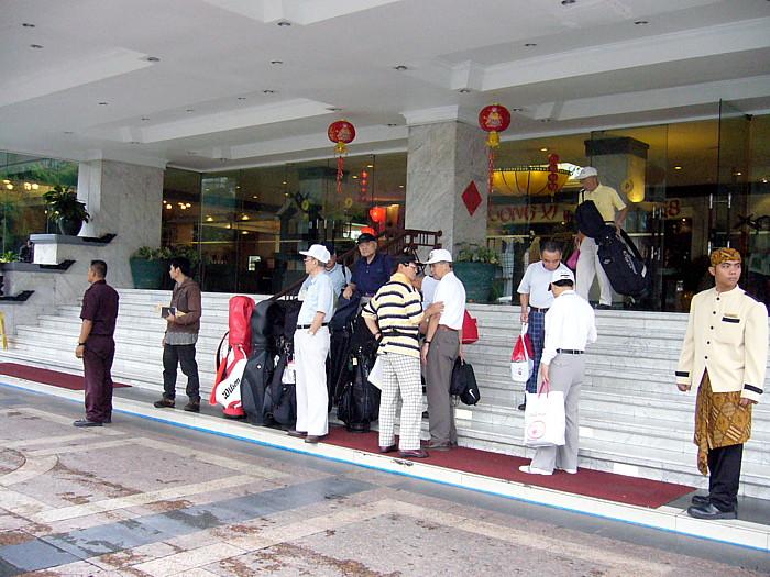 インドネシア・バンドンのホテル前