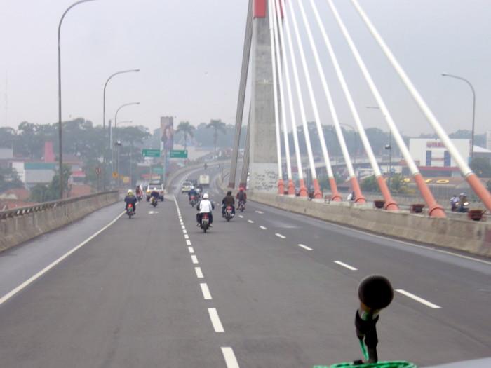 インドネシアバンドン郊外の斜張橋