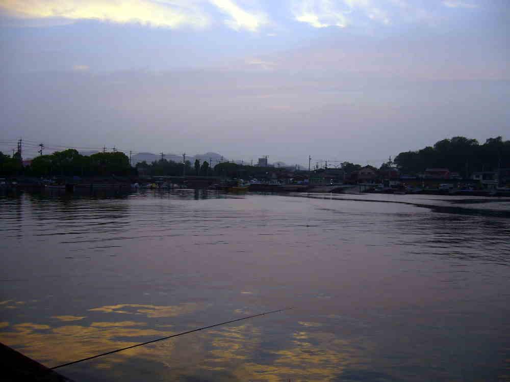 夕暮れの黒島港