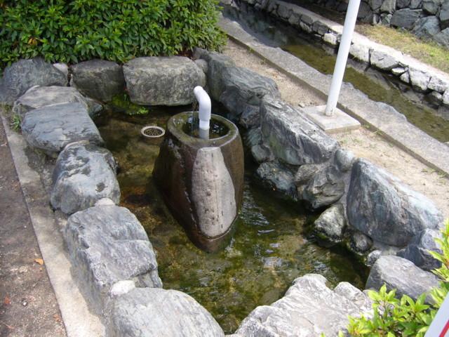 西条市ときめき水都市前の自噴水