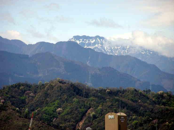 望遠で望む石鎚山