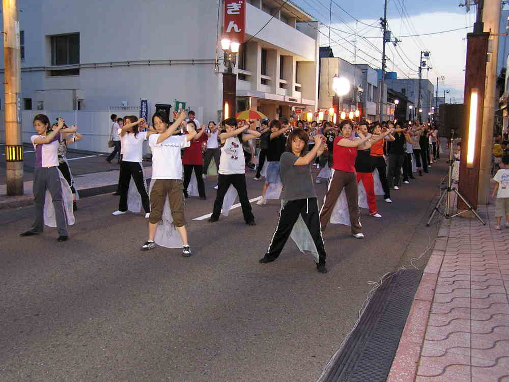 土曜市でコンガ踊りの練習風景