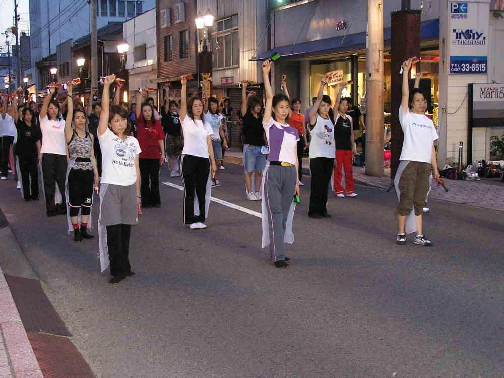 土曜夜市で踊りの練習