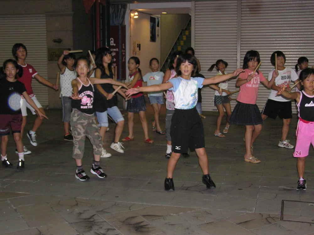 にいはまコンガ踊りを練習するちびっ子達