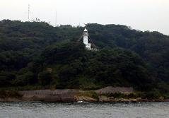 船上から観音埼灯台を望む