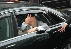 Audi A8に乗ってご満悦の麻生太郎氏