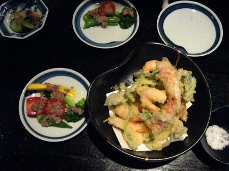 魚介類の天ぷらとバーニャカウダ