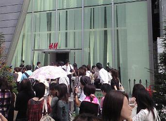 H&Mの前で