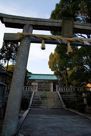 鳥居前と拝殿