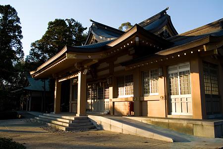 高牟神社西日を浴びる拝殿