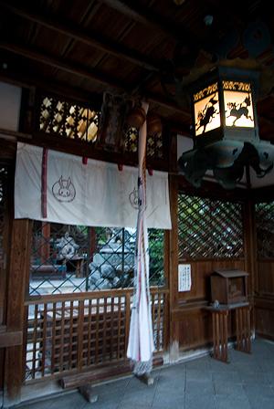 拝殿前と灯籠