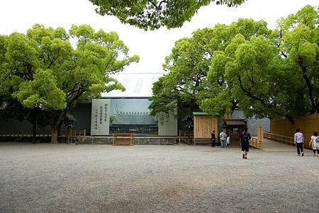 熱田神宮拝殿前