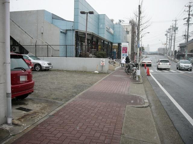 えん 道を挟んだ向かい側駐車場出入り口と周辺道路