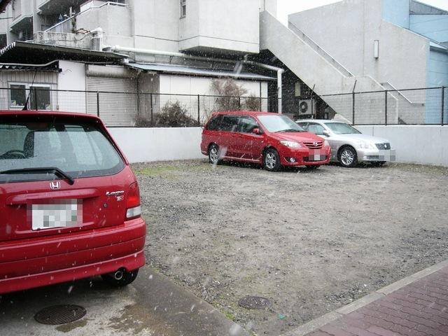 えん 道を挟んだ向かい側駐車場